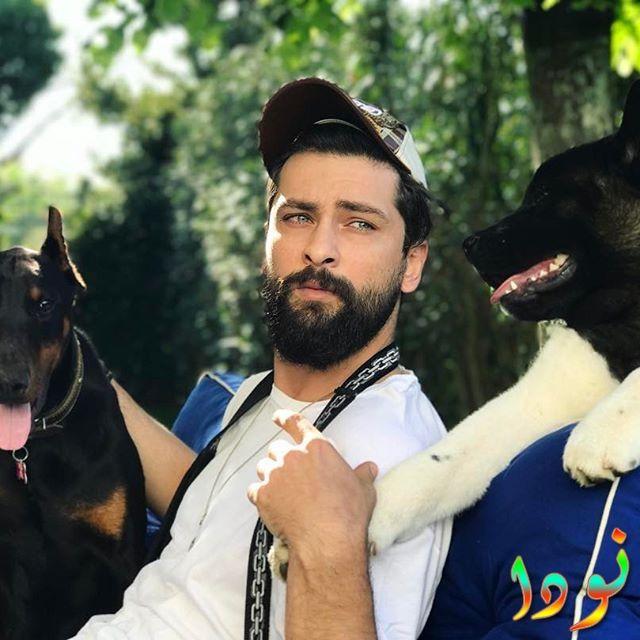 أونور تونا مع كلابه الأثنين