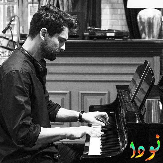 أونور تونا يعزف على البيانو
