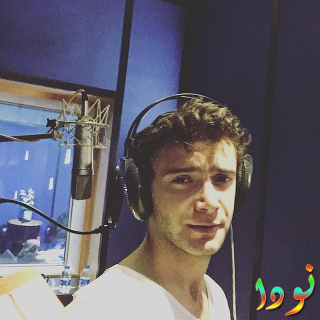 الممثل ياز جان كونيالي أثناء تسجيله لأغنيته الجديدة