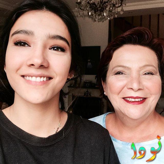 ايبوكي بوسات مع والدتها