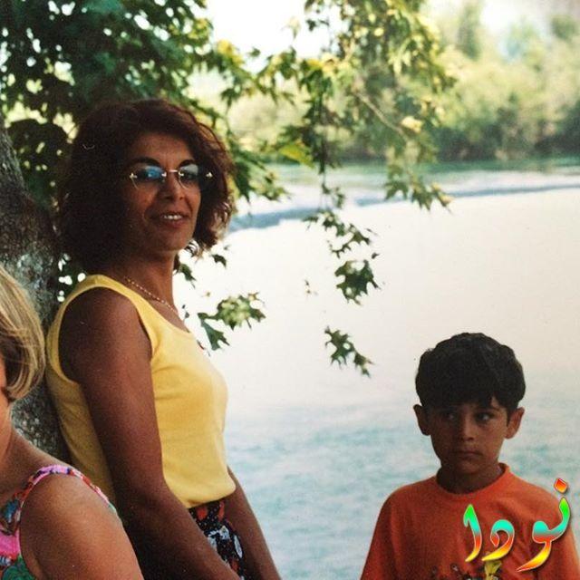 بوراك دينيز وهو صغير مع والدته