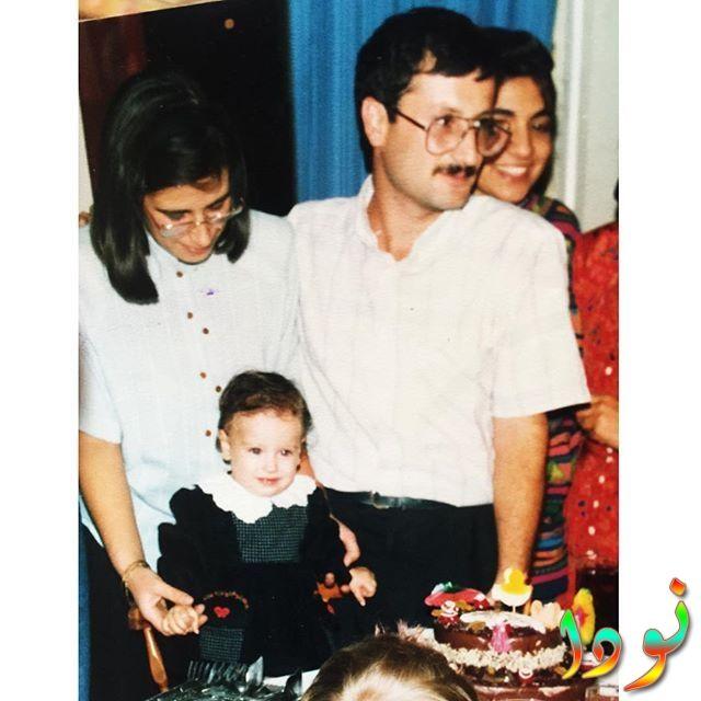 صورة لهازال كايا وهي طفلة مع والدها ووالدتها