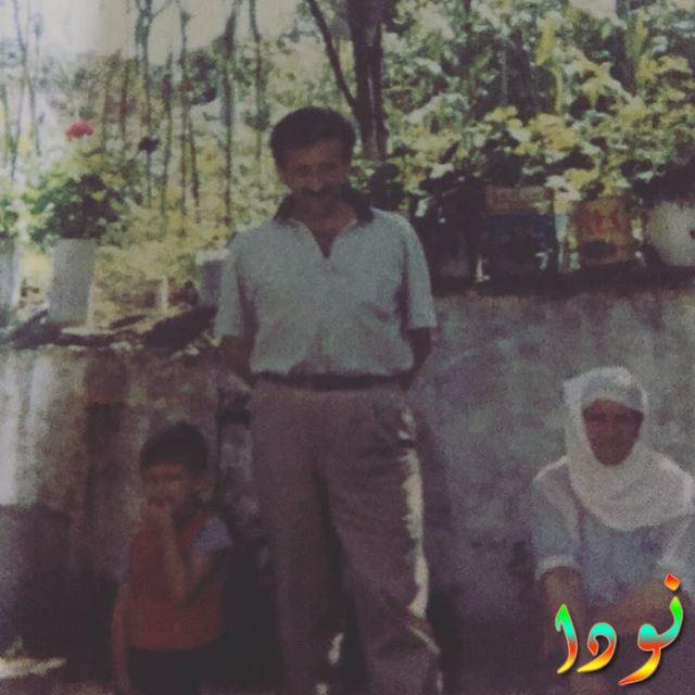 ياز جان كونيالي وهو صغير مع والده وجدته