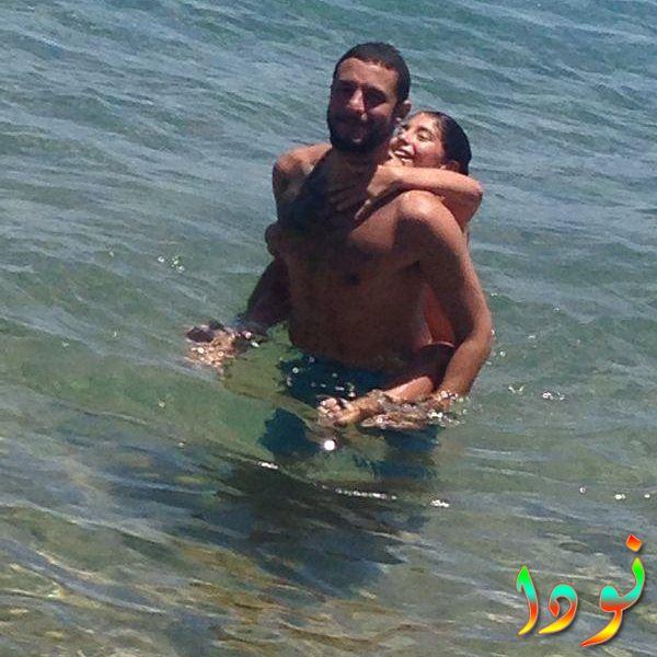 أحمد الفيشاوي وابنته لينا يستمتعان في البحر