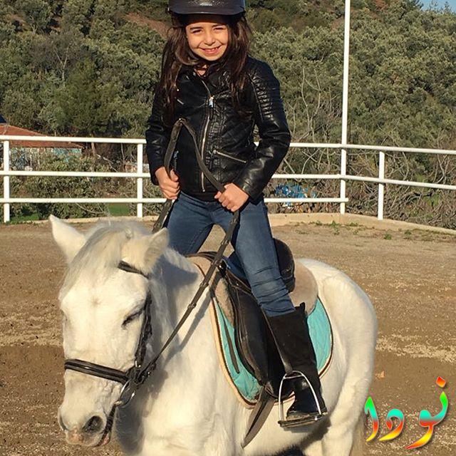 بيرين جوكيلديز تركب على الحصان
