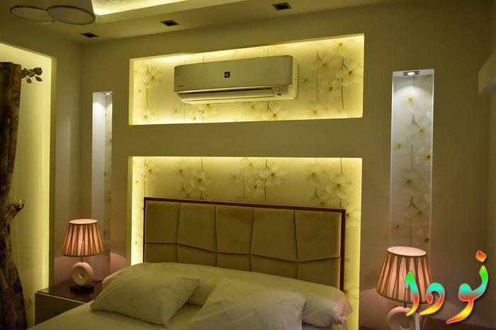 جبسوم بورد حائط وراء السرير مع ورق حوائط