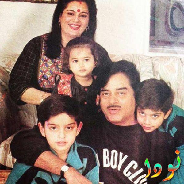 صورة سوناكشي سينها مع والدها ووالدتها وأخوتها