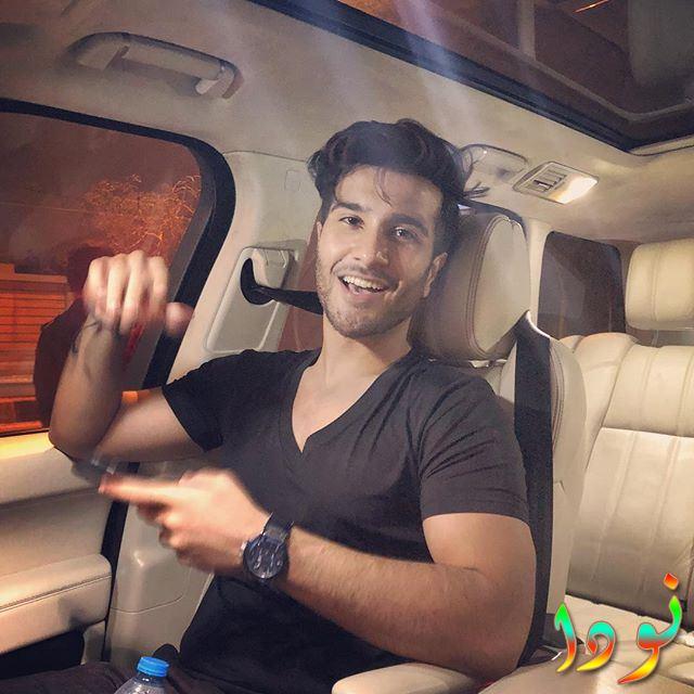 فيروز خان داخل سيارته