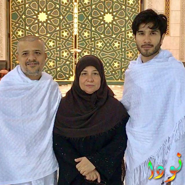 فيروز خان في المدينة مع والدته ووالده