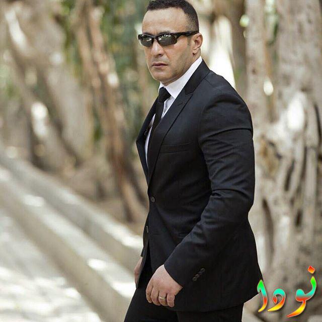 أحمد السقا بالبدلة السوداء