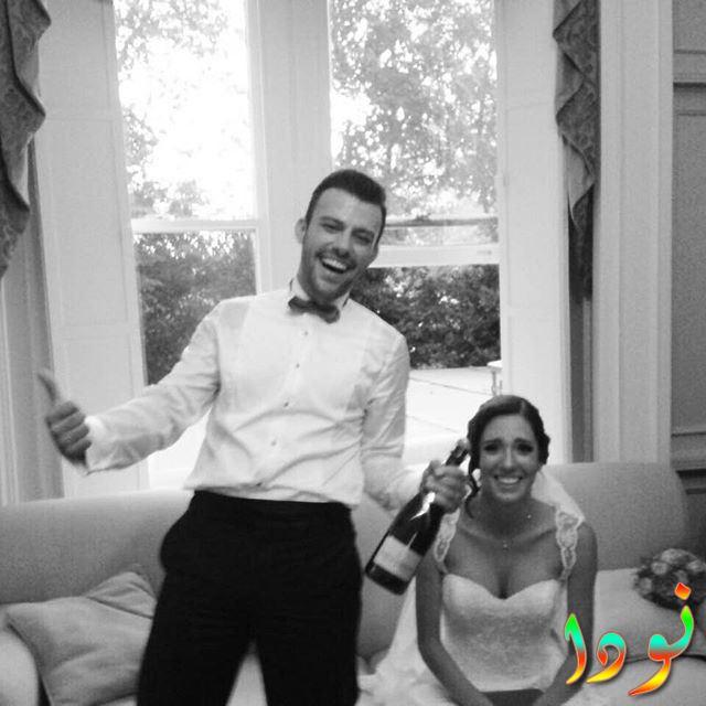 صورة جميلة للممثل التركي صالح بادمجي وزوجته في حفل زفافهم