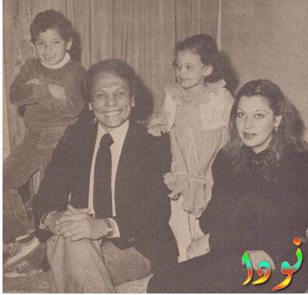 صورة نادرة له مع عائلته