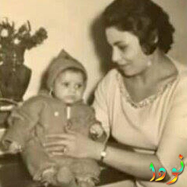 غادة عبد الرازق وهي طفلة مع والدتها