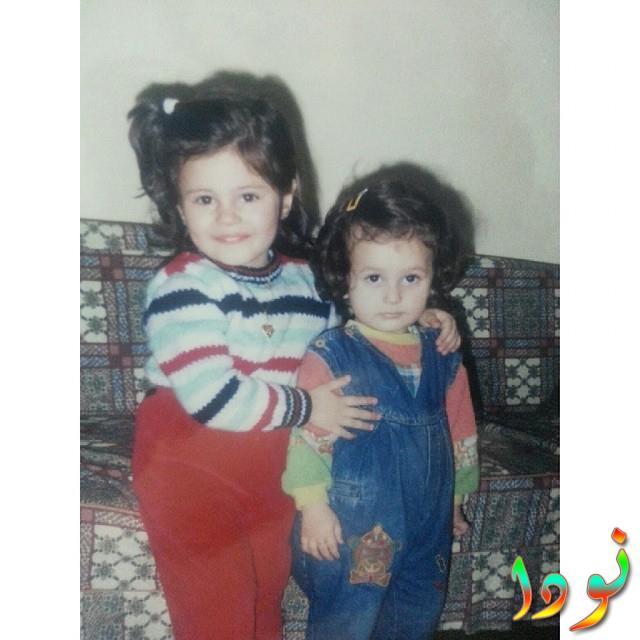 اليف دوجان الممثلة التركية وهي طفلة صغيرة مع أختها