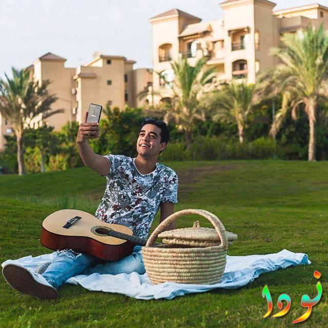 خالد أنور يعزف على الجيتار