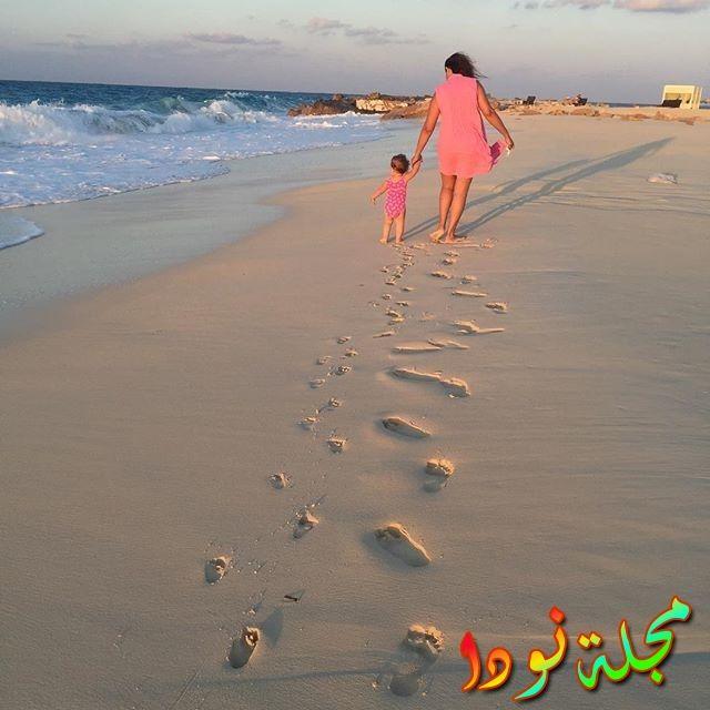 دنيا سمير غانم وبنتها على الشاطئ