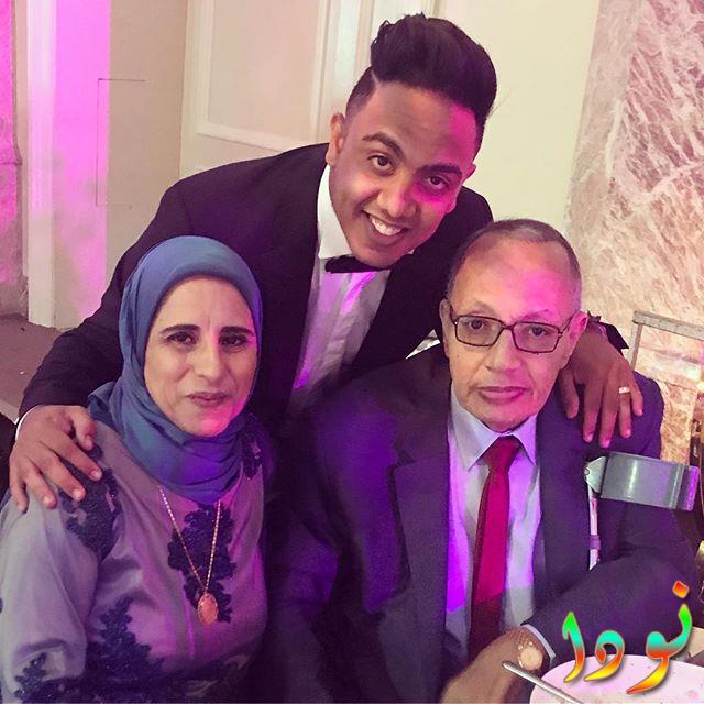 صورة عائلية لمحمد أسامة مع ابوه وامه
