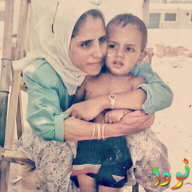 محمد أسامة وهو صغير مع امه