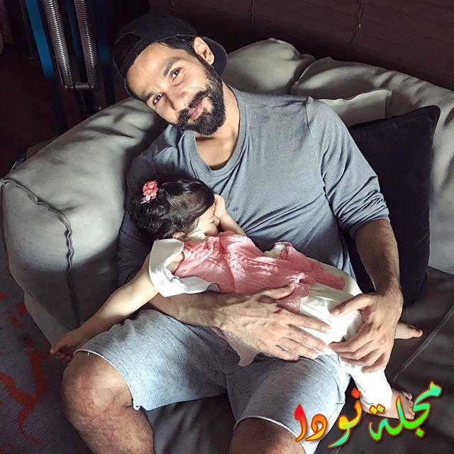 صورة جميلة لكابور يحتضن ابنته النائمة