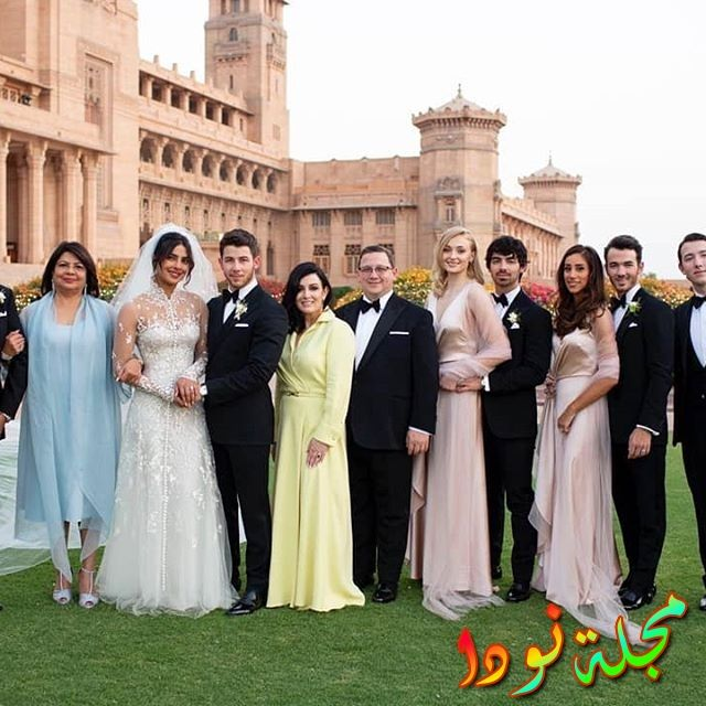 صورة عائلية لبريانكا شوبرا وزوجها وعائلتهم من حفل زفافها