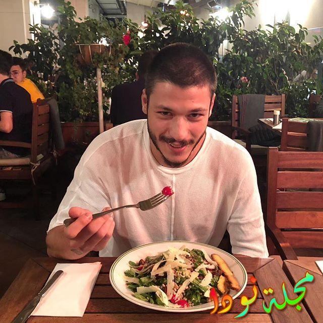 كوبيلاي أكا يتناول طعامه