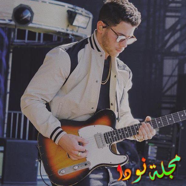 نيك جوناس يعزف على الجيتار