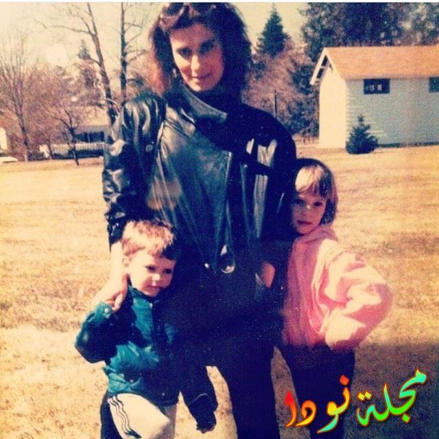 صورة عائلية له مع والدته وأخته