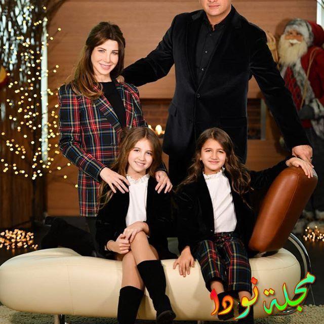 صورة عائلية لنانسي عجرم وزوجها وبناتها
