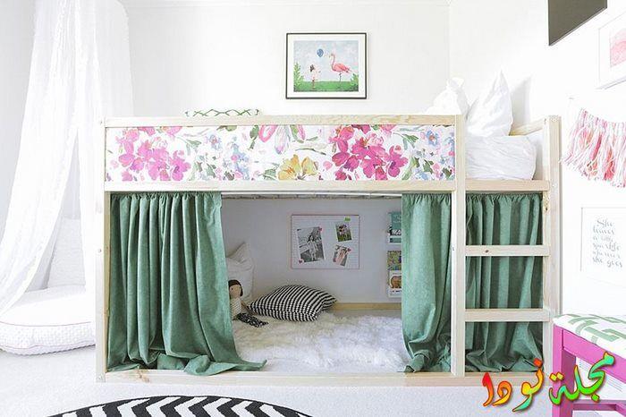 قم بتعليق ستارة ملونة على قاع سرير
