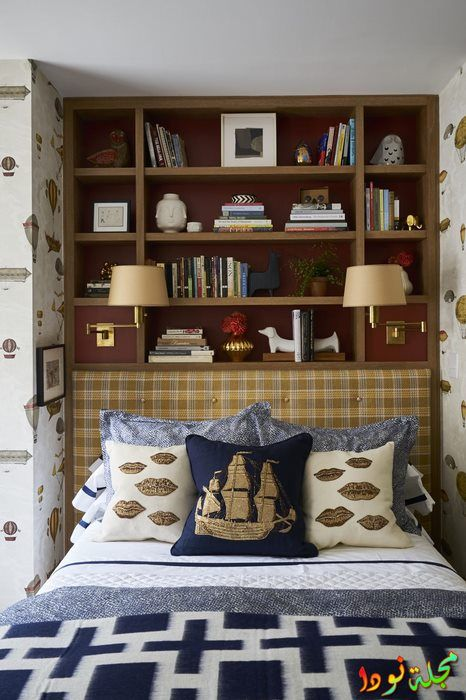 مكتبة فوق السرير لتوفير مساحات