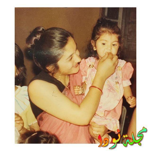 أنوشكا شارما وهي صغيرة مع والدتها