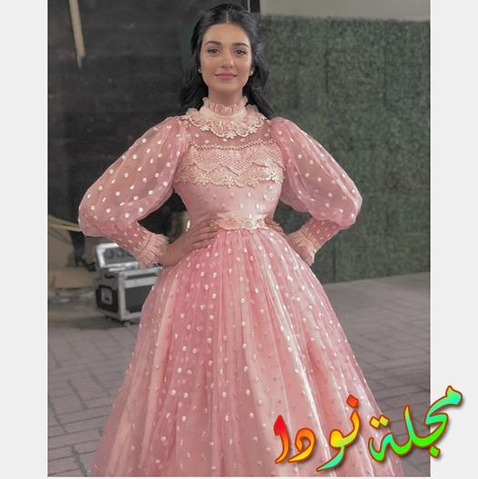 سارة خان بفستان جميل