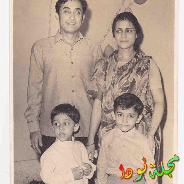صورة عائلية قديمه له مع والديه