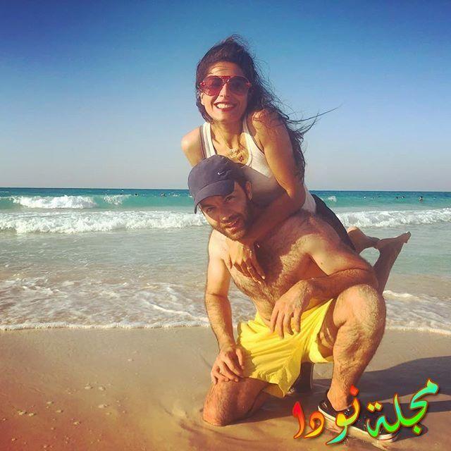 شريف رمزي يستمتع مع زوجته على البحر