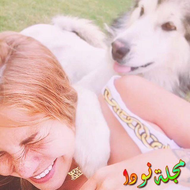 صورة لمنة عاشقة الكلاب