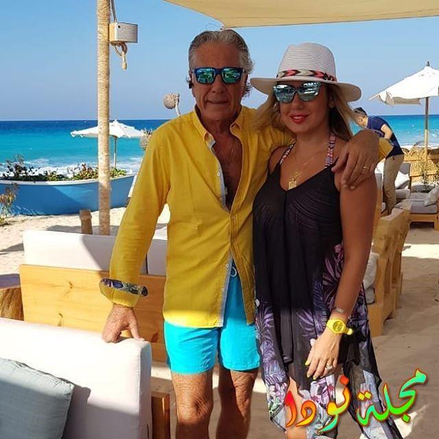 مصطفى فهمي مع زوجته على البحر