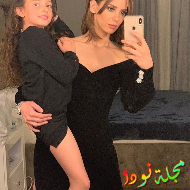 ايمان العاصى وابنتها في فستان أسود