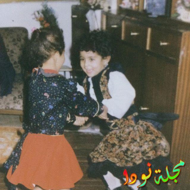 صورة آيتن عامر وهي صغيرة مع شقيقتها