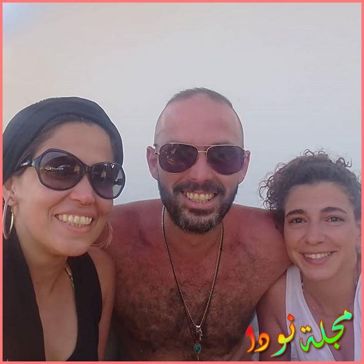 صورة تجمعه بزوجته وشقيقته