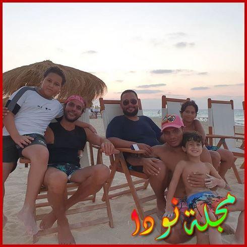 صورة جماعية جميلة له مع أولاده وبعض الفنانين