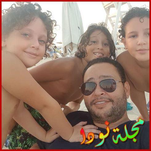 صورة جميلة له مع اولاده