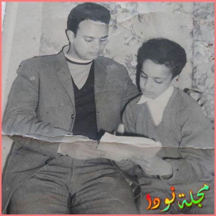 صورة له وهو طفل مع والده