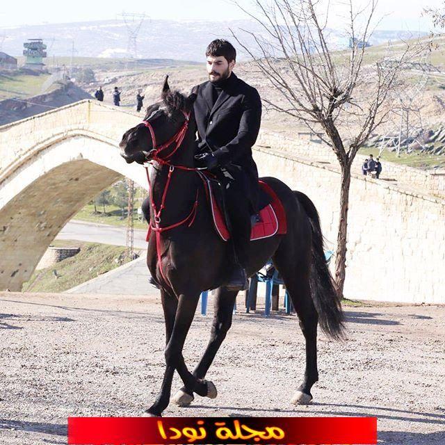 الفنان أكين أكينوزو يركب على الحصان في مسلسله الجديد