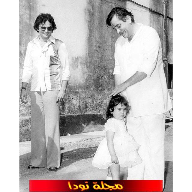 كاريشما كابور وهي طفلة مع ابوها ووالدتها