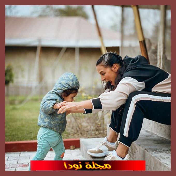 الفنانة مع ابنتها