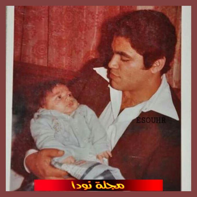 حسن الرداد وهو طفل رضيع مه والده