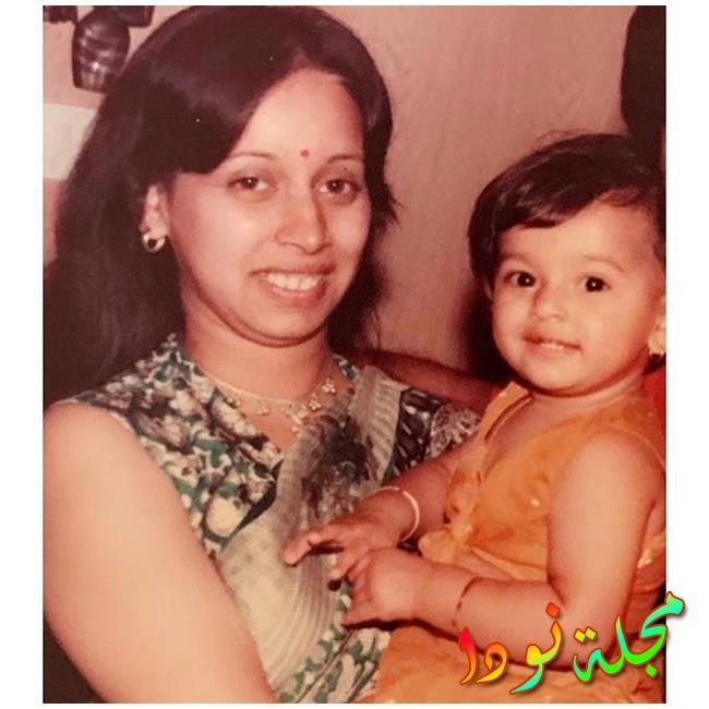 النجمة شيباني دانديكار مع والدتها