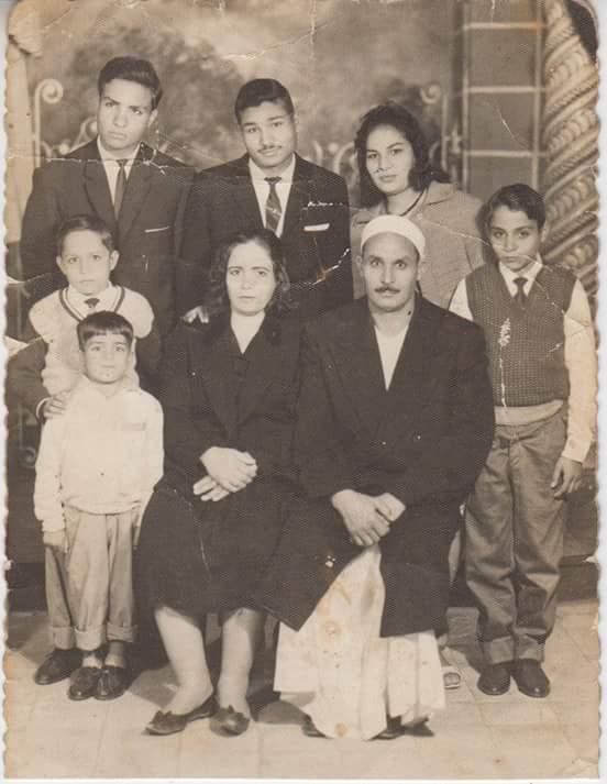 صورة عائلية له ولأولاده