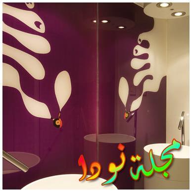 تصميم حمام بأرضية بنفسجية أو بيضاء أو لونا آخر