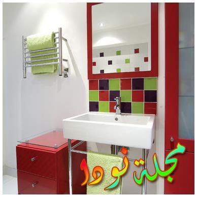 تصميم حمام متنوع الألوان في لوس أنجلوس مع خزانات مفتوحة